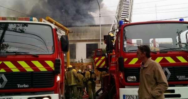 Gigantesco incendio en una f brica de pa ales en buenos for Fabrica de sillones modernos en buenos aires