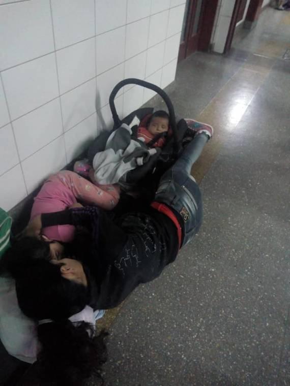 Resultado de imagen para duermen en el piso hospital notti