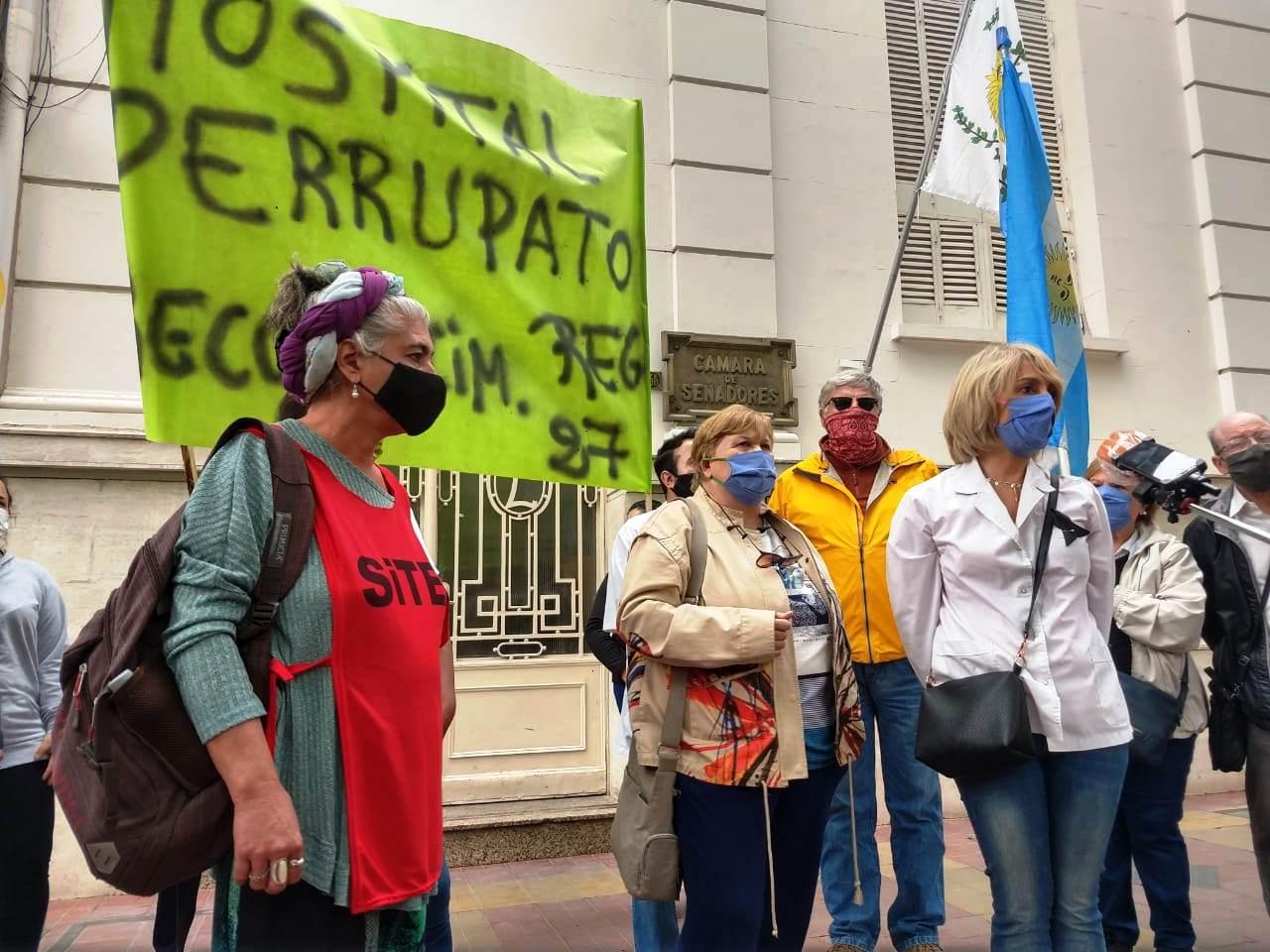 Médicos y enfermeros protestaron en la Legislatura y los recibió Abed - Mendoza Post