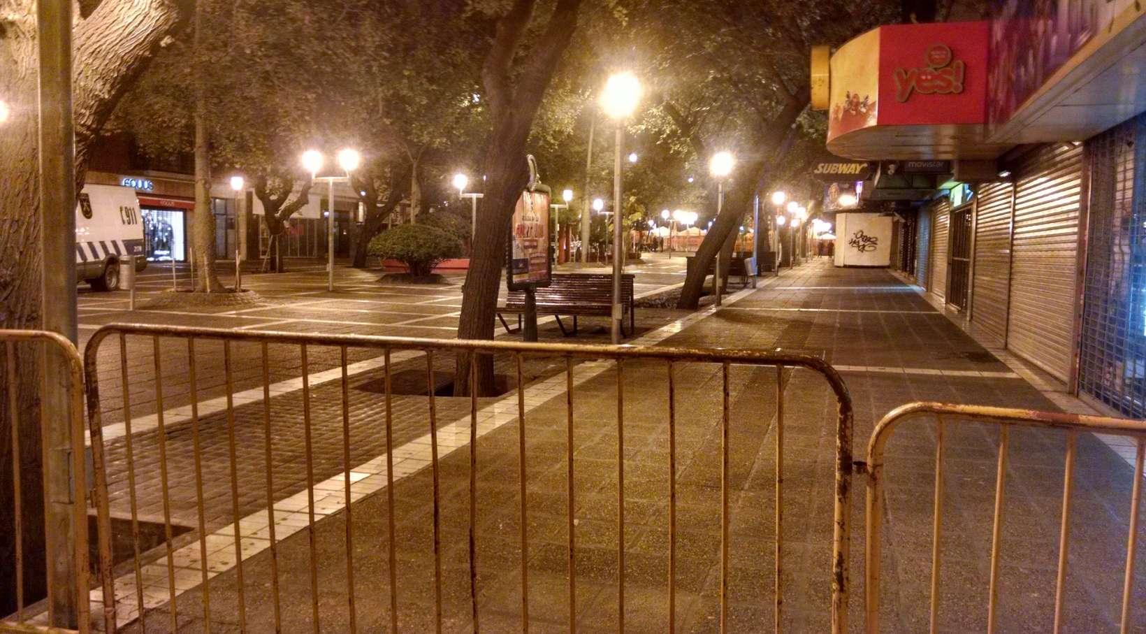 La peatonal estuvo dividida por las vallas entre los for Espejo 70 mendoza