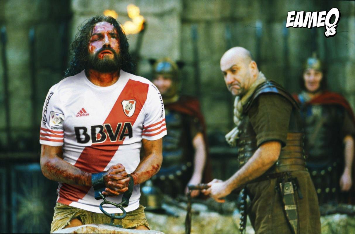 e0da1c2353dc9 La cuenta de Twitter @Eameo hizo gala de su humor irónico sobre el tema  mostrando a Jesús siendo azotado por usar la camiseta de River: